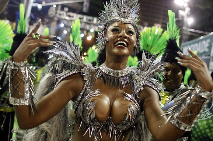 Featured samba schools from the age of 7, Camila Silva is featured in Battery Go -Go, in Sao Paulo and Youth in Rio de Janeiro